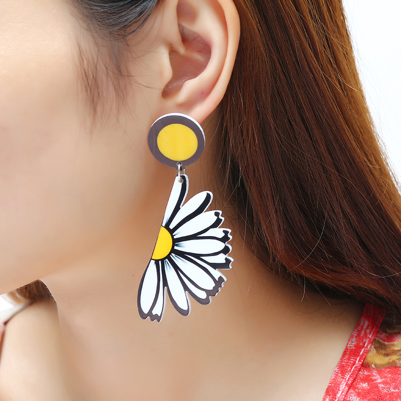 Women's Cute Piercing Earrings Daisy White Flower Pendant Acrylic Ear Stud Sweet Gift