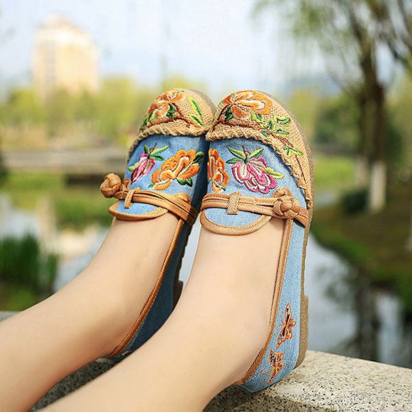 Chinese Flower Embroidered Retro Slip On Flat Round Toe Shoes