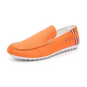 Новые люди случайные скольжения на плоских приводных бездельников обуви